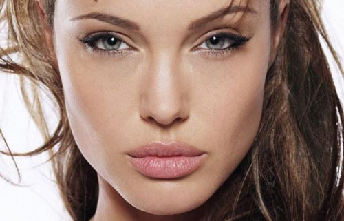 Tricks to Get Bigger or Fuller Lips Naturally like Anjelina Jolie